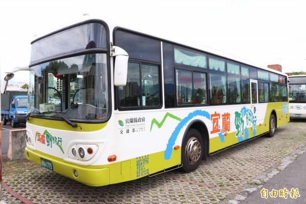 公路客運20條無跨轄路線移撥縣府後,將更換新車,並印上「宜蘭勁好行」圖樣。(記者林敬倫攝)