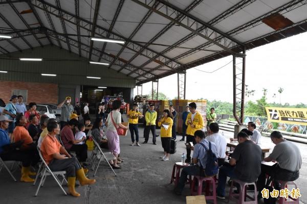 鳳梨價格慘跌時代力量雲林黨部邀請農糧署官員與農民座談。(記者黃淑莉攝)