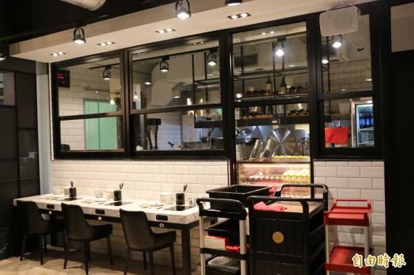 店內裝潢典雅精緻,廚房採半開放式空間,營造家的感覺。(記者鄭名翔攝)