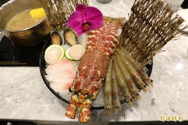 豪邁大龍蝦搭配鮑魚、干貝、鮮蝦盛成一大碗,令人食指大動。(記者鄭名翔攝)