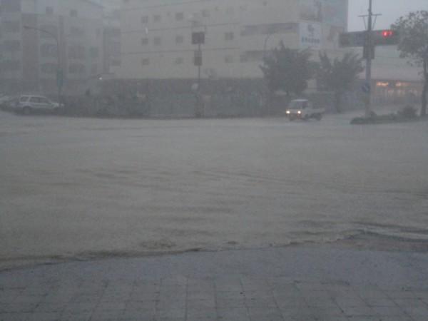 2010年凡那比颱風澄清路淹水情況。(記者陳文嬋翻攝)