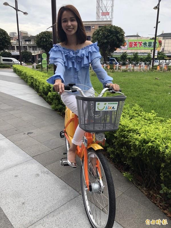 「客家妹」陳明珠為騎上UBIKE,為頭份、竹南地區的站點啟用做宣傳。(記者鄭名翔攝)