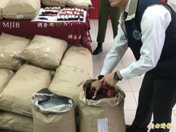 賴男利用塑膠粒掩護一粒眠出口。(記者吳昇儒攝)