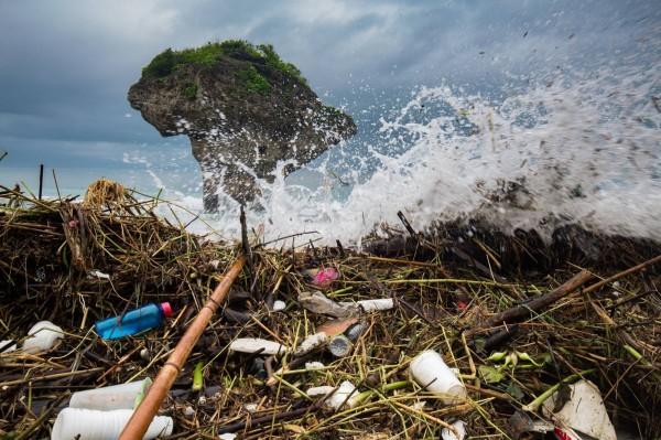 小琉球著名地標花瓶岩也被垃圾雜物包圍。(島人工作室提供)