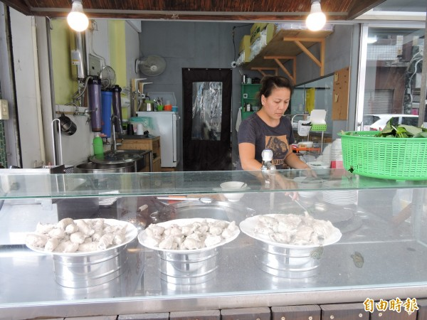 各種虱目魚丸均為每天手工現作。(記者張存薇攝)