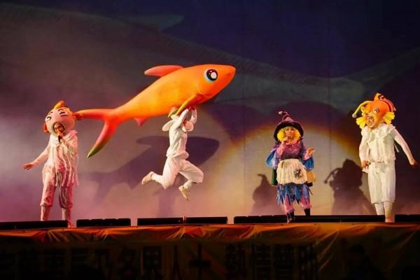 紙風車劇團今晚在草屯鎮敦和國小演出,逗趣又好看。(李水福提供)