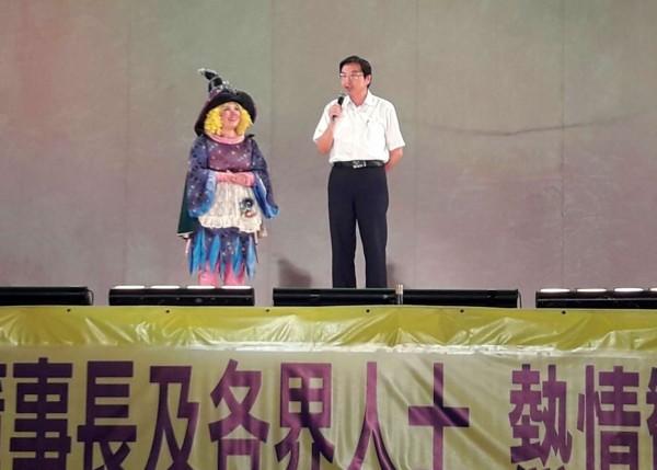 草屯鎮長洪國浩(右)致詞加碼放送福利,今年暑假還會再安排至少一場兒童劇演出。(草屯鎮公所提供)
