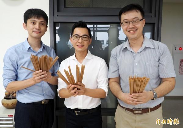 創辦人兼研發者黃千鐘(中)和工作夥伴展示不同尺寸的甘蔗纖維吸管。(記者陳鳳麗攝)