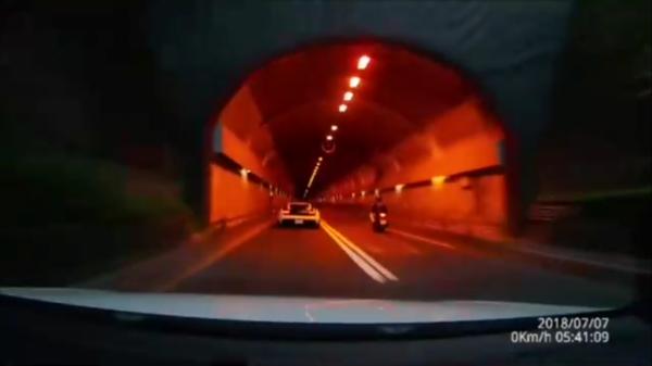白色藍寶堅尼今天清晨行經自強隧道發生車禍,造成2死3傷,後方行車記錄器畫面曝光。(記者陳恩惠翻攝)