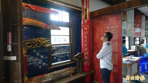南市文資建材銀行展示木件舊料用途。(記者楊金城攝)