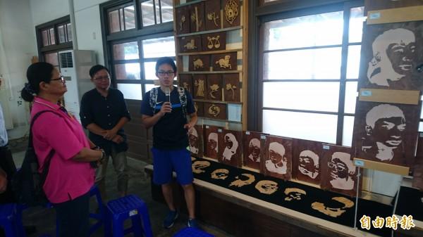 南市文資建材銀行提供木件舊料,作傳承教學使用,學生展示「茄苳入石柳」作品。(記者楊金城攝)