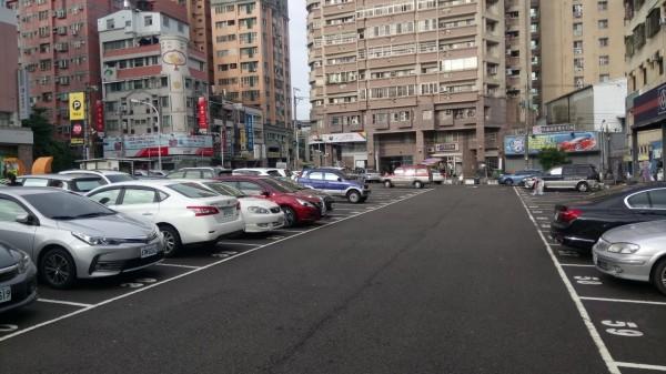 潭興平面停車場,將規劃為立體停車場。(記者張軒哲翻攝)