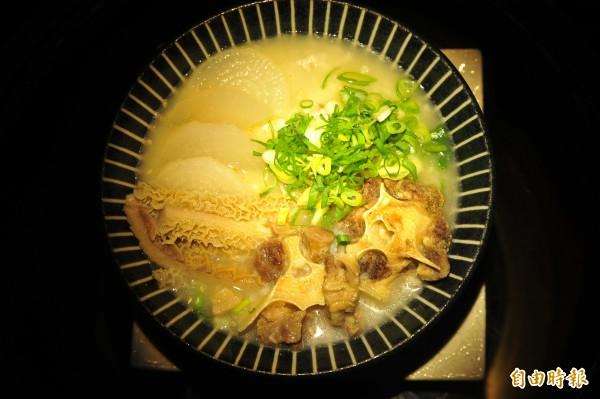 燒烤店的隱藏菜單牛尾粥,一碗要「煮半天」。(記者王捷攝)