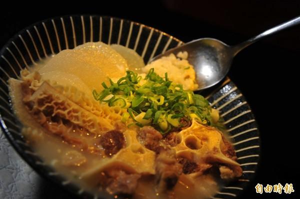 整碗牛尾粥只用鹽調味。(記者王捷攝)