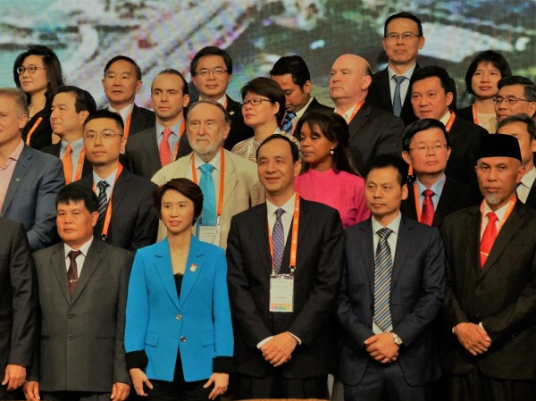 朱立倫正在新加坡參加「2018世界城市高峰會議」,與多個城市首長同台。(新北市政府新聞局提供)