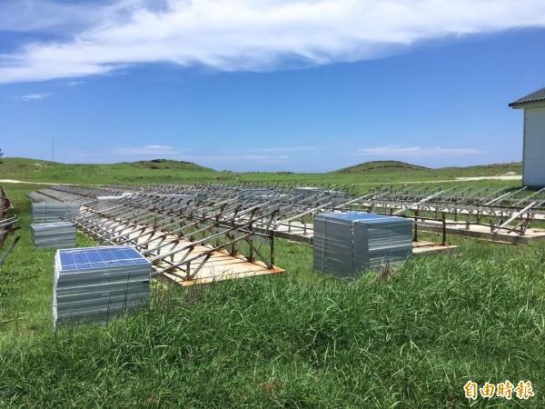 東吉太陽能板拆空維修,離島首座再生能源微電網破功。(記者劉禹慶攝)
