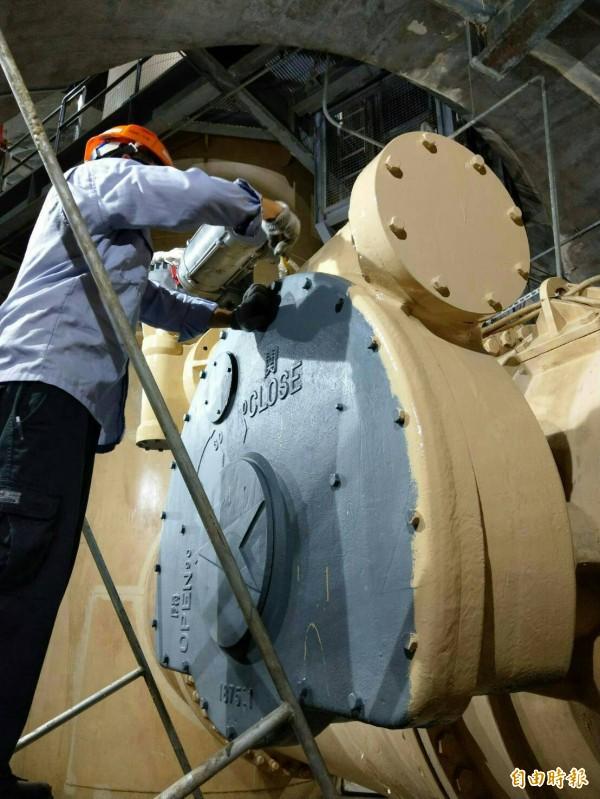 石門水防颱備戰進行排砂閘門的維修。(記者李容萍攝)