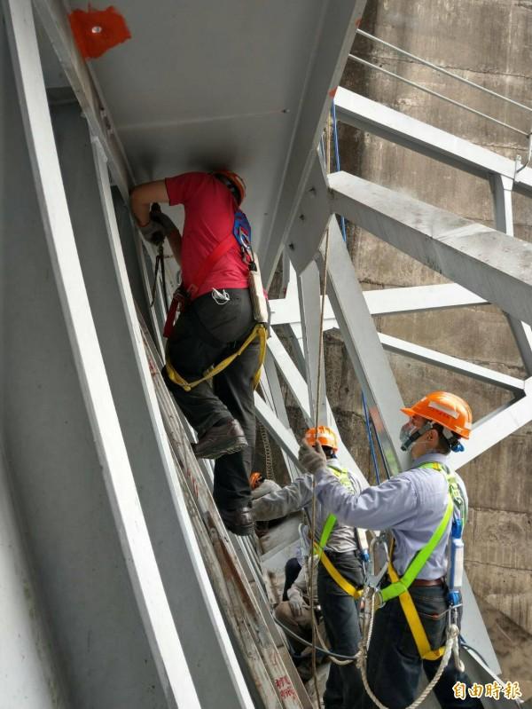 石門水防颱備戰進行溢洪道閘門的維修。(記者李容萍攝)