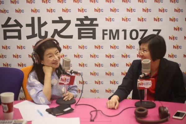 名嘴周玉蔻(左)在直播節目中誇讚民國黨主席徐欣瑩是誠信、可愛的人。(圖由徐欣瑩陣營提供)