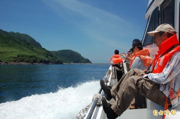 受強颱瑪莉亞環流影響,龜山島海域南、北岸碼頭長浪不斷。(記者游明金攝)