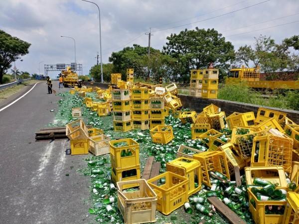 數千個空酒瓶今天中午散落國道,幾乎全都碎裂,網友KUSO說「滿地玻璃心!」(記者湯世名翻攝)