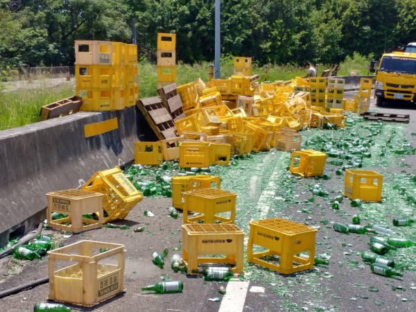 數千個空酒瓶散落國道,幾乎全都碎裂,災情慘重。(記者湯世名翻攝)