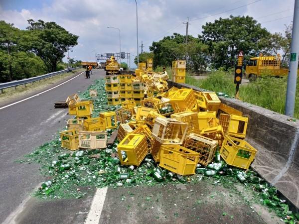 數千個空酒瓶散落國道,幾乎全都碎裂,網友笑稱:「司機賠慘了。」(記者湯世名翻攝)