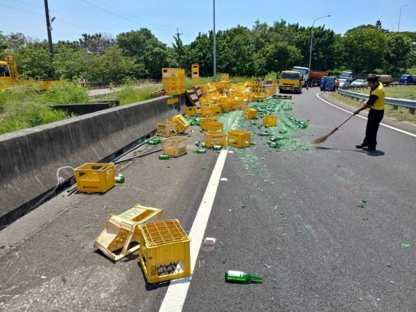 數千個空酒瓶散落國道,幾乎全都碎裂,工程人員趕忙清除。(記者湯世名翻攝)
