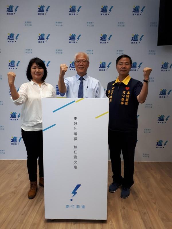 新竹市議會議長謝文進(中)11日宣佈參選市長,他的競總發言人陳啟源(右)和黃美慧(左)也現身力挺。(記者洪美秀攝)