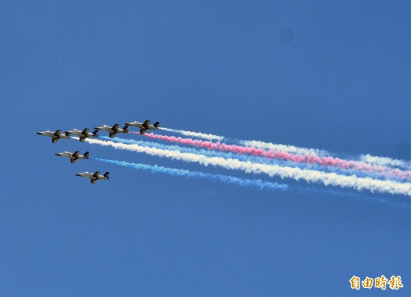 電虎小組升空噴洩出3色彩煙,民眾驚呼彷彿在空中作畫。(記者陳賢義攝)