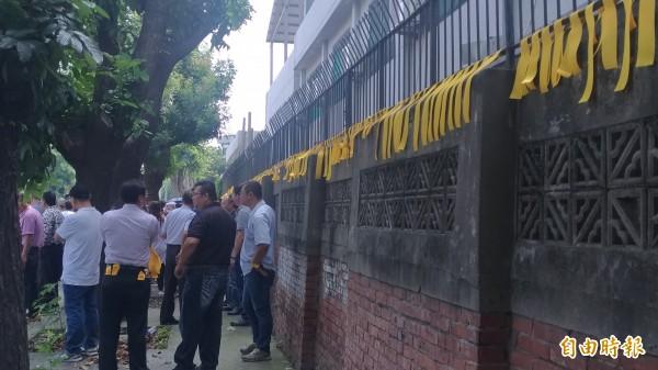 張榮味的支持者在雲林地檢署外牆上及手臂綁上黃絲帶。(記者廖淑玲攝)