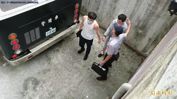 程宇(左)性侵殺害小模,開庭得知逃死,竟咧嘴微笑。(記者黃捷攝)