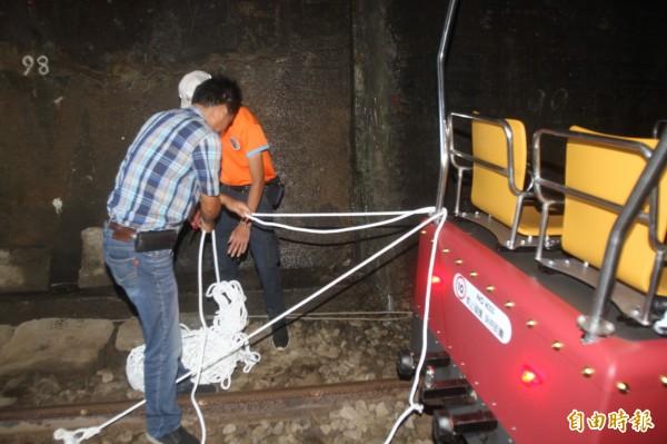 強颱瑪莉亞來襲,營運業者一早也將20輛鐵道自行車,推入隧道內,除本身煞車系統,另以聯軸器將各輛鐵道自行車串連,再以輪擋、繩索固定綁在鐵軌上,以4道防線,確保防颱工作萬無一失。(記者彭健禮攝)