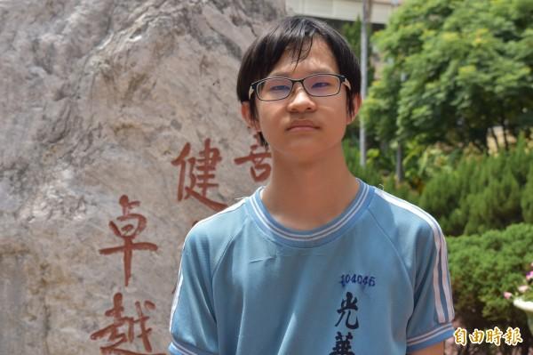 就讀光華國中的考生蔡政佑出生外配家庭,家庭收入不穩定,國中三年從未補習的他,靠著自學於會考衝出5A7+的好成績,順利入取新竹高中。(記者王駿杰攝)