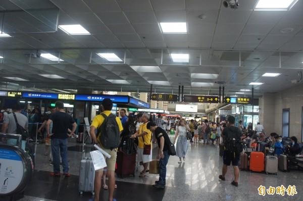 受到颱風外圍環流影響,澎湖機場下午停航,遊客一早就前往機場搭機。(記者劉禹慶攝)