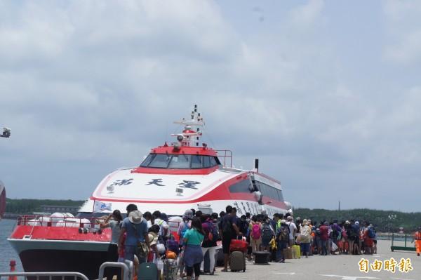 澎湖對外藍色公路,提前在中午十二時開航。(記者劉禹慶攝)