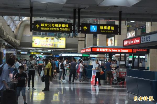 澎湖機場上午秩序還算良好,候補旅客僅有七十人。(記者劉禹慶攝)
