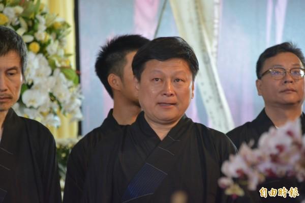傅崐萁的父親傅兆林今早舉行告別式,在播放傅兆林生前事蹟影片時,家屬頻頻拭淚,傅崐萁及妻子徐榛蔚更淚流不止、哭紅雙眼。(記者王峻祺攝)