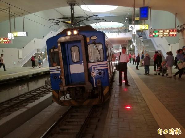 今天配合車站啟用的區間專開列車,停靠在月台時明顯歪一邊,列車與月台間隙較大,原來是因為車站蓋在彎道上,軌道本身就是傾斜度。(記者花孟璟攝)