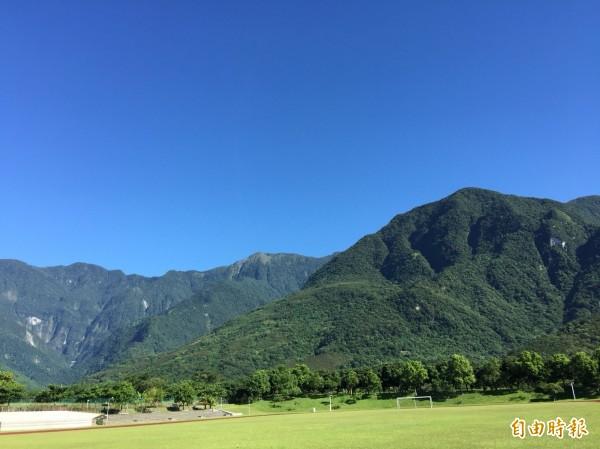 瑪莉亞颱風接近北台灣,花蓮地處背風面、艷陽高照,因受西南風過山沉降增溫影響,加上濕度低,已有焚風現象。(記者王峻祺攝)