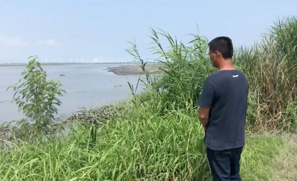 黃童父親在岸邊焦急等待,期盼好消息傳來。(記者陳冠備翻攝)