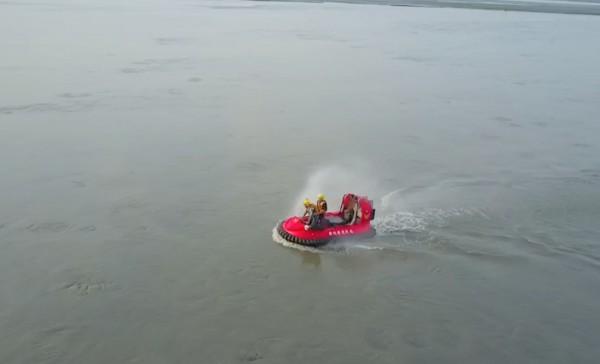 彰化縣消防局出動氣墊船與空拍機沿岸搜尋。(記者陳冠備翻攝)