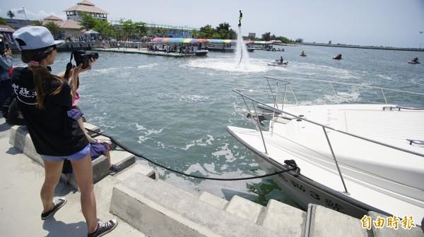 大鵬灣今年引進水上鋼鐵人進入灣域內舉辦表演賽。(記者陳彥廷攝)
