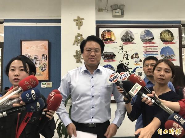瑪莉亞颱風過境北台灣,北北基三縣市颱風假不同調,基隆市長林右昌說明決策過程。(記者林欣漢攝)