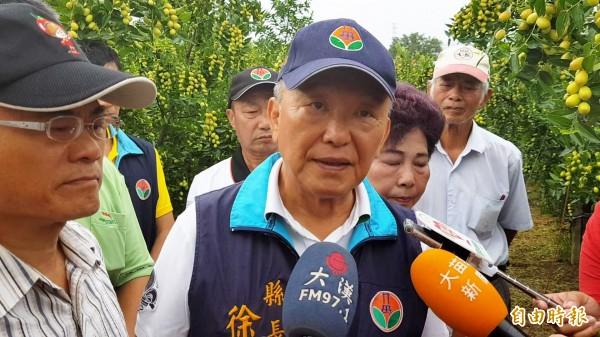 徐耀昌認為,颱風假與否,應綜觀大環境、順應民意,以求大家平安度過,並認為台北市長柯文哲的作法是「標新立異」。(記者彭健禮攝)