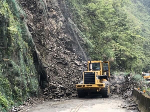 省道台7甲線宜蘭支線6.2公里處,今中午傳出土石坍方,坍方土石量約300立方公尺,造成雙向交通阻斷,目前工程人員已進駐搶修,預計下午1點半搶通 。(記者張議晨翻攝)