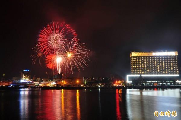澎湖海島嘉年華會,配合世界最美麗海灣組織年會施放花火美景。(記者劉禹慶攝)