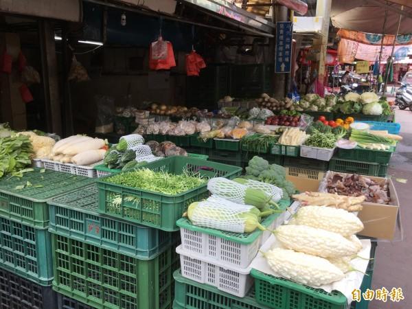 颱風未致災,菜價回跌。(記者林國賢攝)