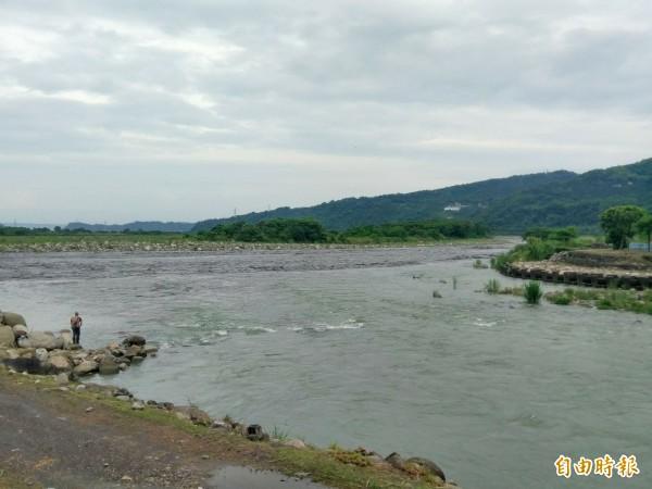 清澈水里溪(近處)在水里鄉的河口與黑濁的濁水溪(遠處)交會,形成特殊的「陰陽海」景觀。(記者劉濱銓攝)