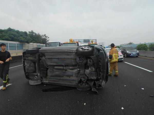 轎車擦撞國道內側護欄後側翻。(記者湯世名翻攝)